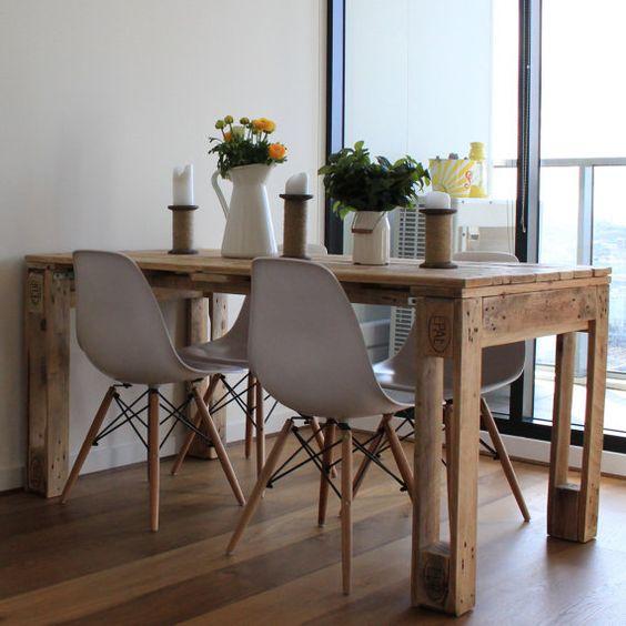 Merveilleux Vu Sur Pinterest. Un Ensemble Un Tantinet Scandinave Non ? Une Table En  Palette Et 4 Chaises Scandinaves Dans Un Appartement Moderne.