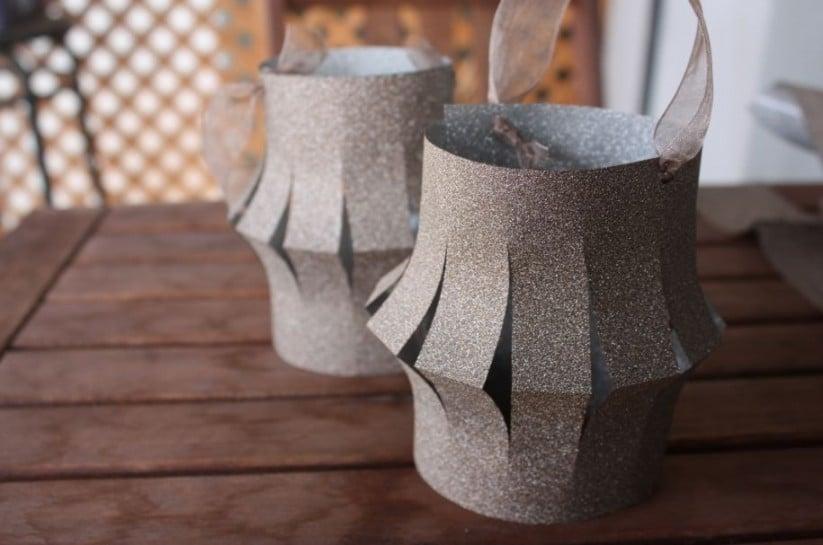 Des lampions en papier gris