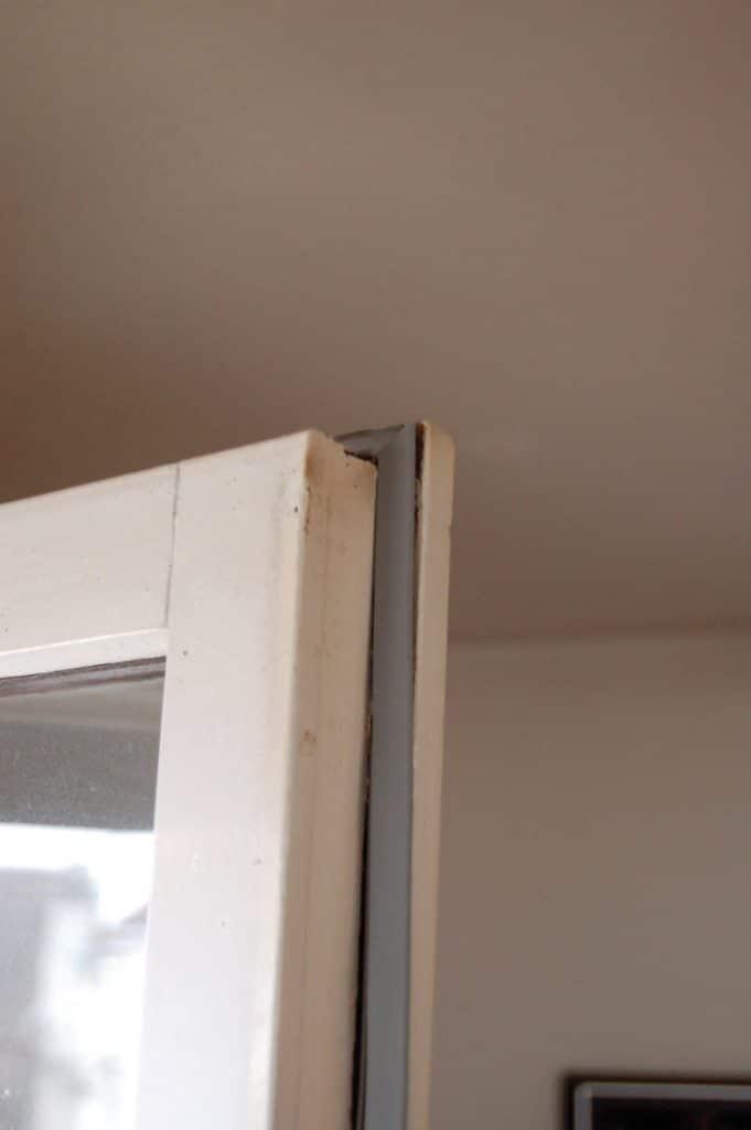 Un joint usé de fenêtre