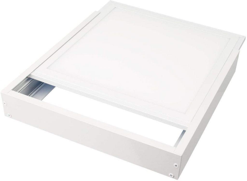 Un kit en saillie de couleur blanche pour se fondre discrètement dans le plafond