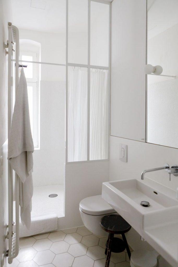 Une salle de bain étirée blanche