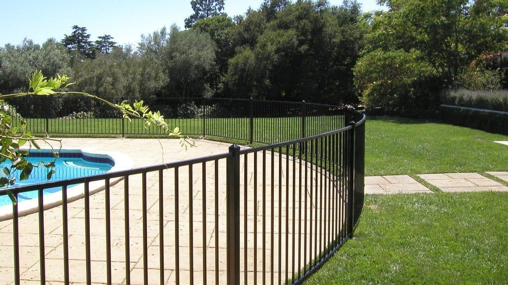 Une barrière de piscine fixe en acier galvanisé