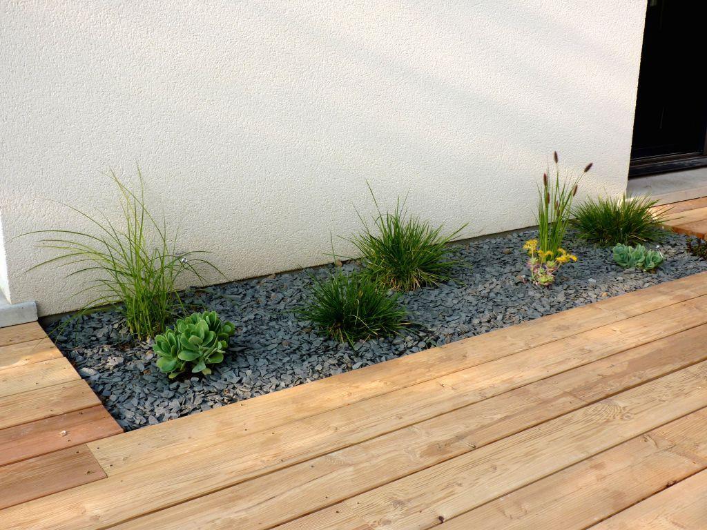 terrasse en bois avec graviers et plantes vertes