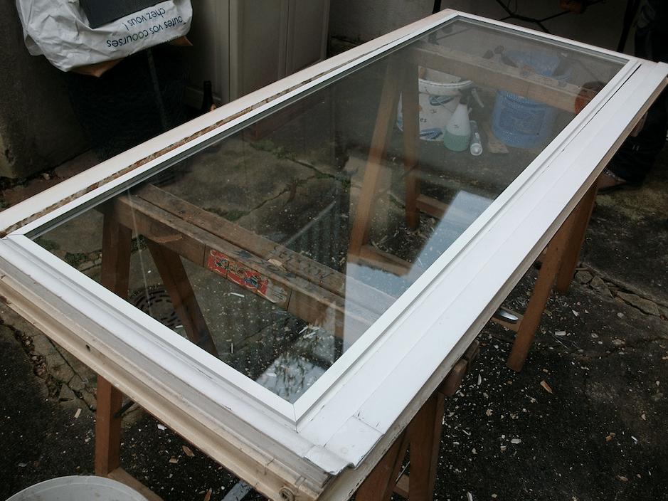 poncer une fenêtre en bois