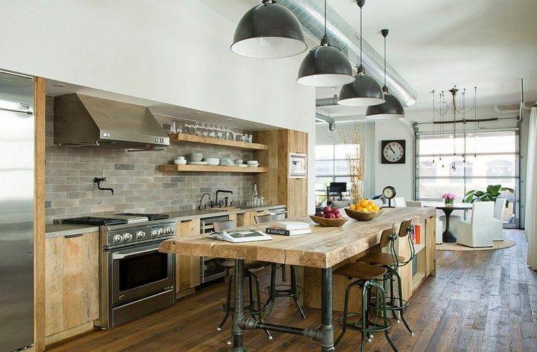 Une cuisine industrielle rustique ouverte sur un salon.